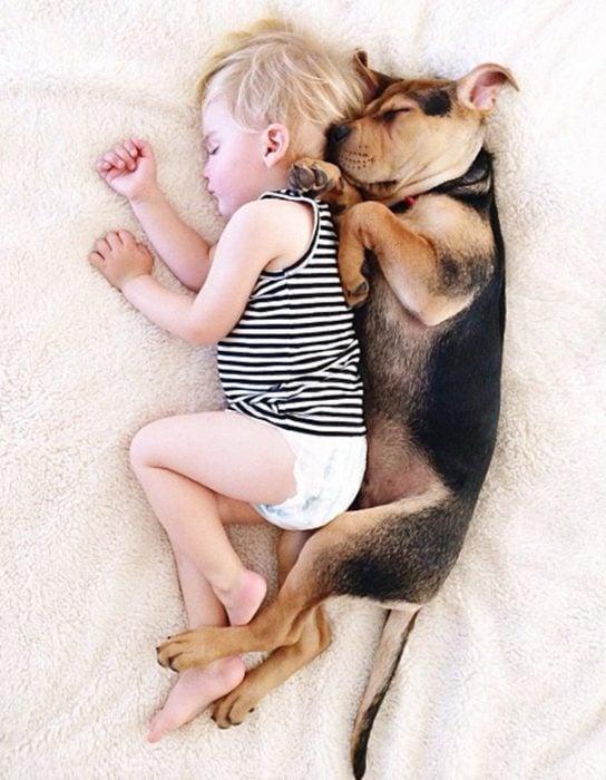 niño y perrito - de espaldas