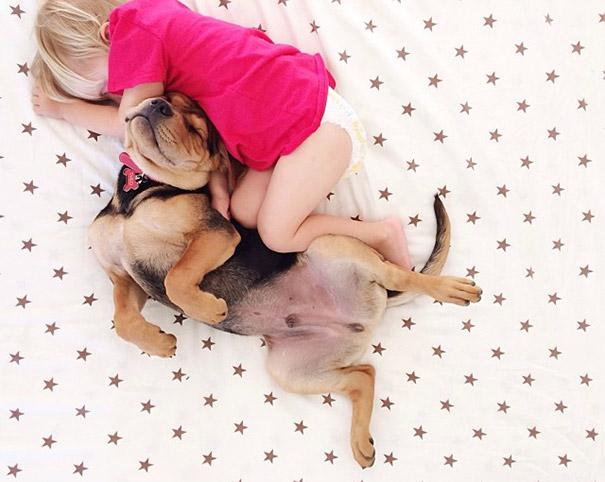 niño y perrito - dormir chuecos