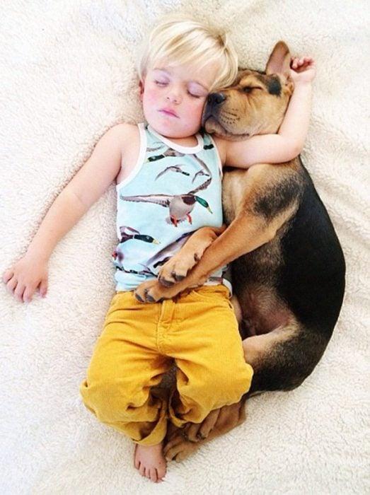 niño y perrito - pantalon amarillo