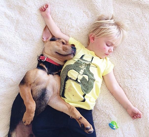 niño y perrito - blusa amarilla