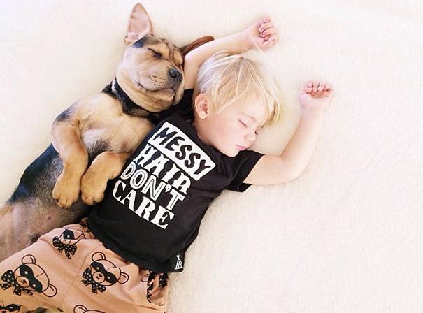 niño y perrito - playera negra