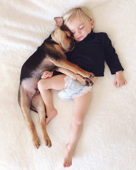 niño y perrito - en pañales