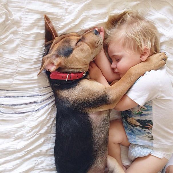 niño y perrito - collar rojo