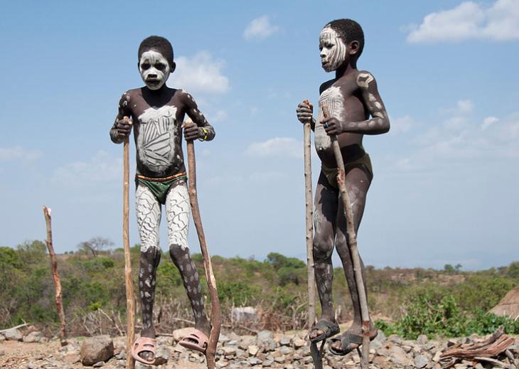 niños pintados de blanco sobre sancos