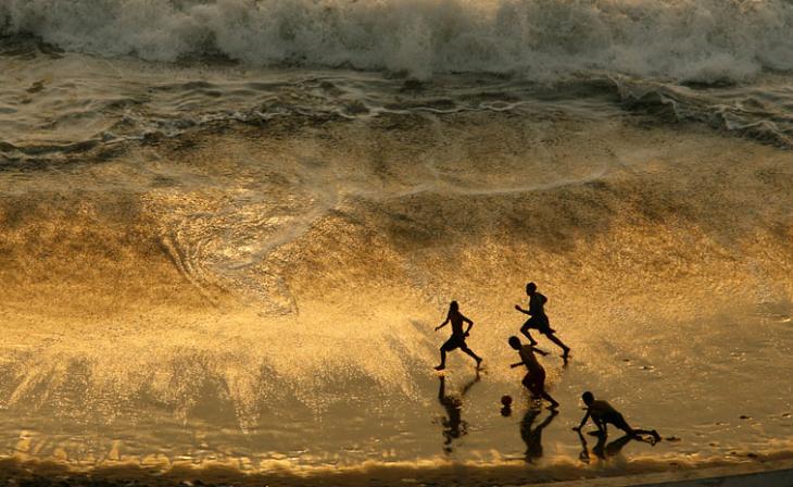 atadecer en la playa niños jugando