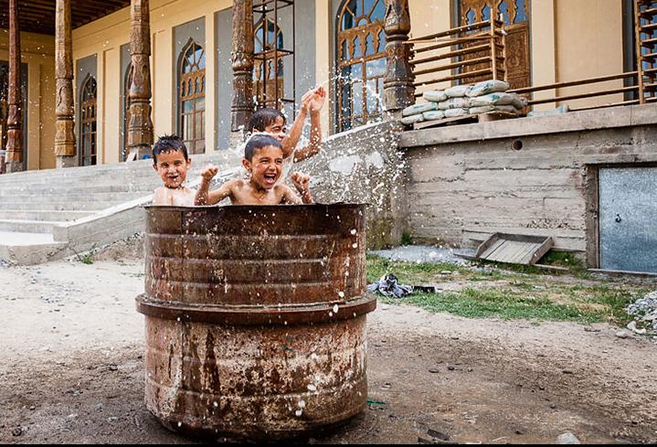 niños en una pileta de agua