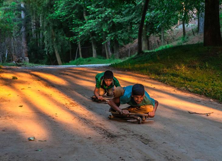 niños bajando colina