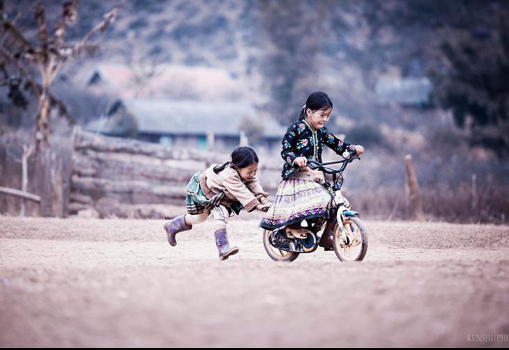 niñas jugando con una bicicleta