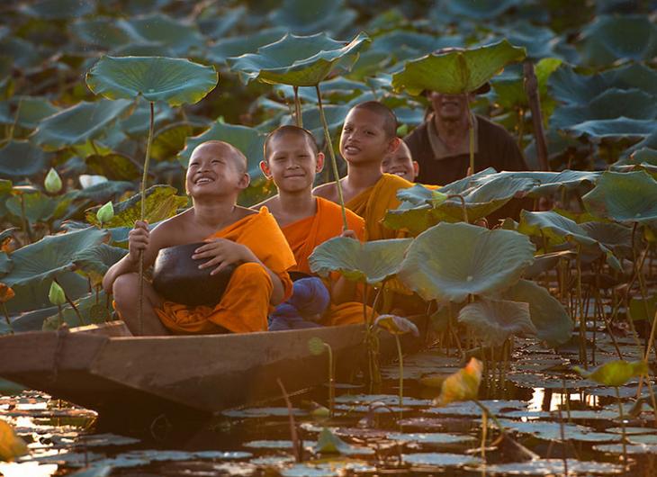 niños en canoa vestidos con trajes naranja