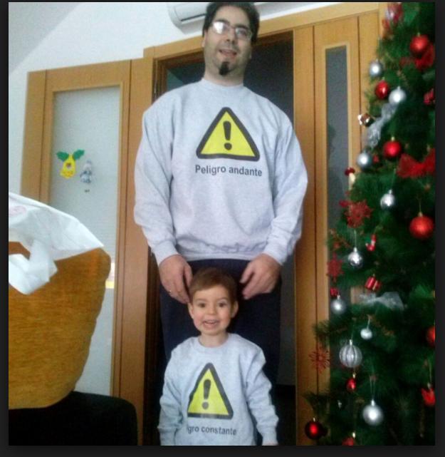 padre he hijo con sudadrea gris