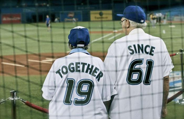 personas mayores en estadio de beisbol