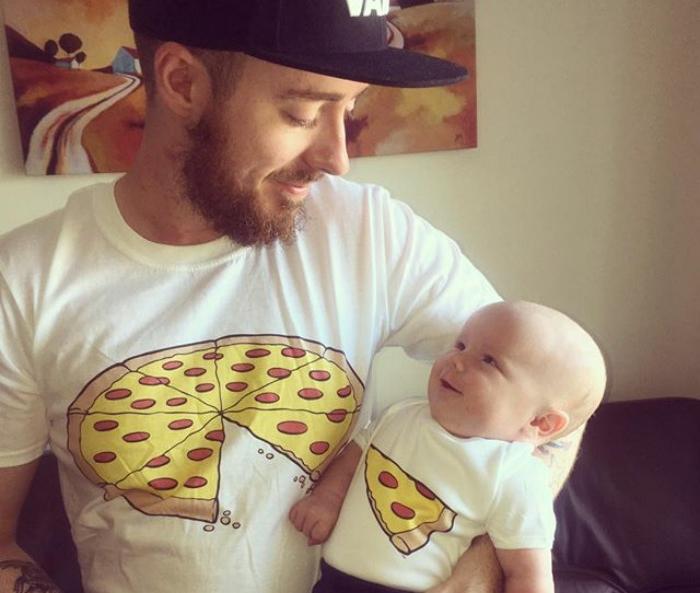 hombre observando a bebe