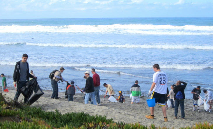 limpiando playa