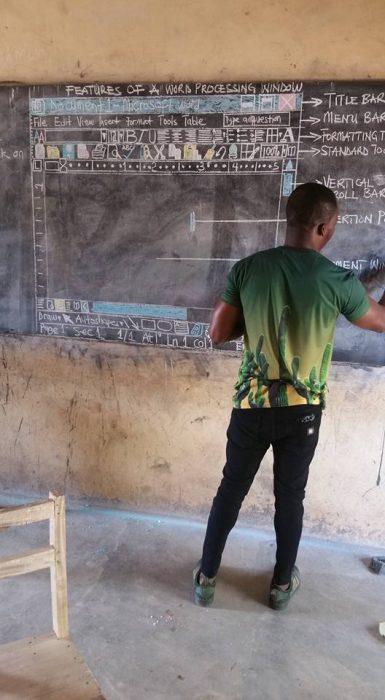 Profesor enseña informática (