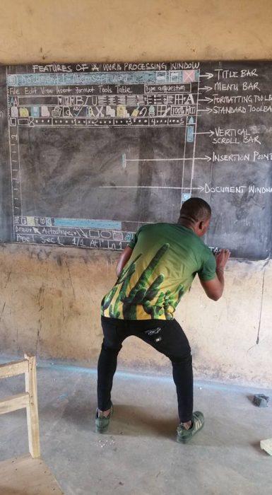 Profesor enseña informática (1)