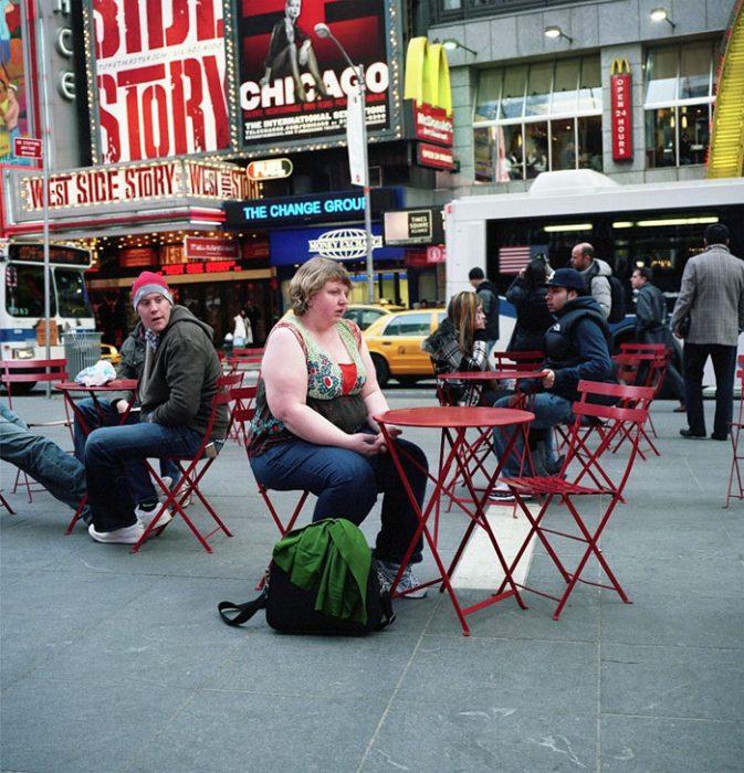 Mujer sentada een mesa roja