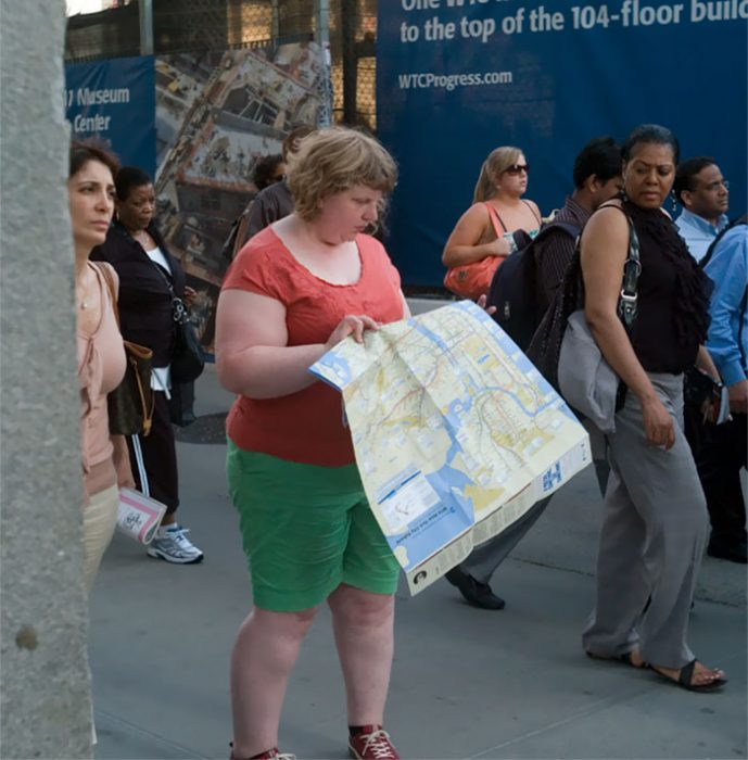 Mujer viendo un mapa