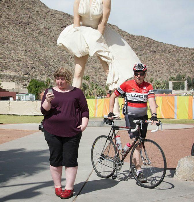 Mujer frente a estatua de marilyn monroe