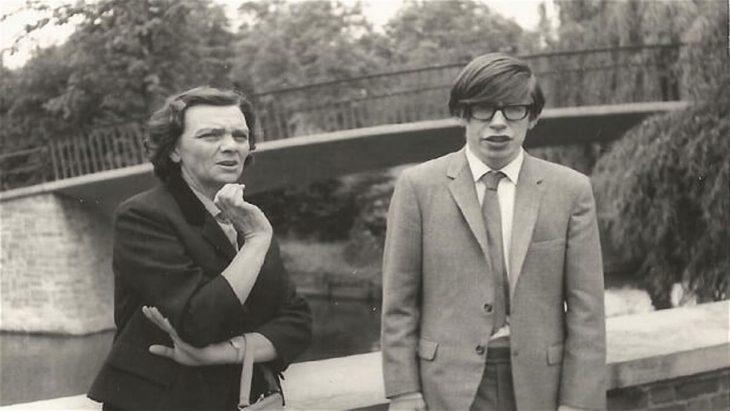stephen Hawking con una compañera de la escuela