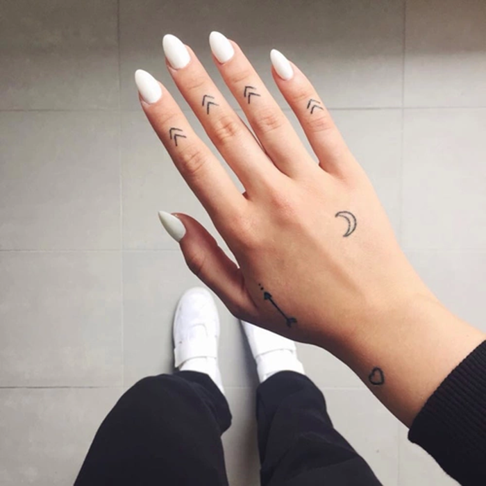 Black Tiny Bat Tattoo On Finger: 20 Sutiles Y Originales Tatuajes En Los Dedos