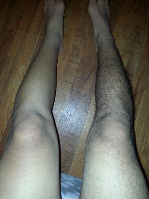 chico con una pierna rasurada y la otra no