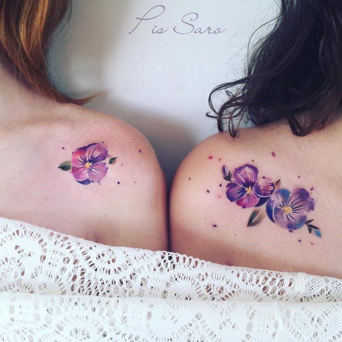 tatuaje de amigas violetas