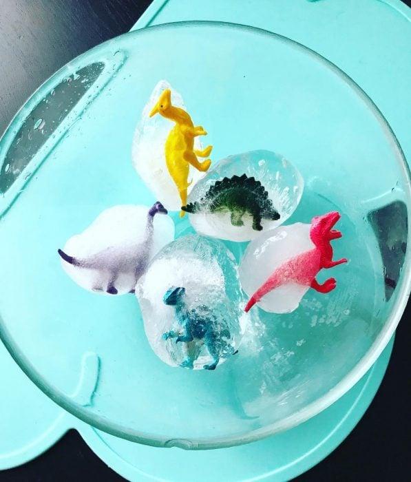 dinosaurios de juguete congelados