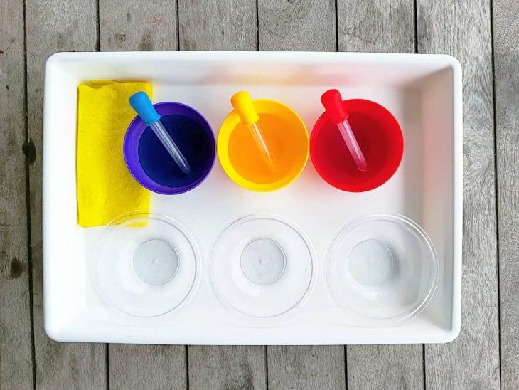 tres vasos de agua con colorante