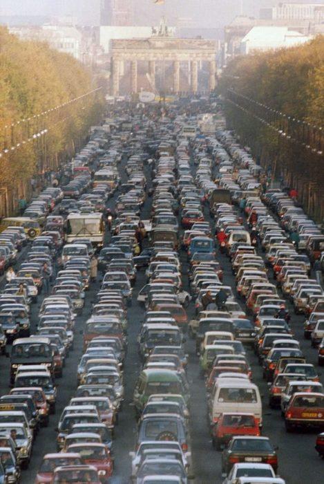 coches de Alemanes del este se mudan a Berlín Occidental , luego de la caída del Muro de Berlin
