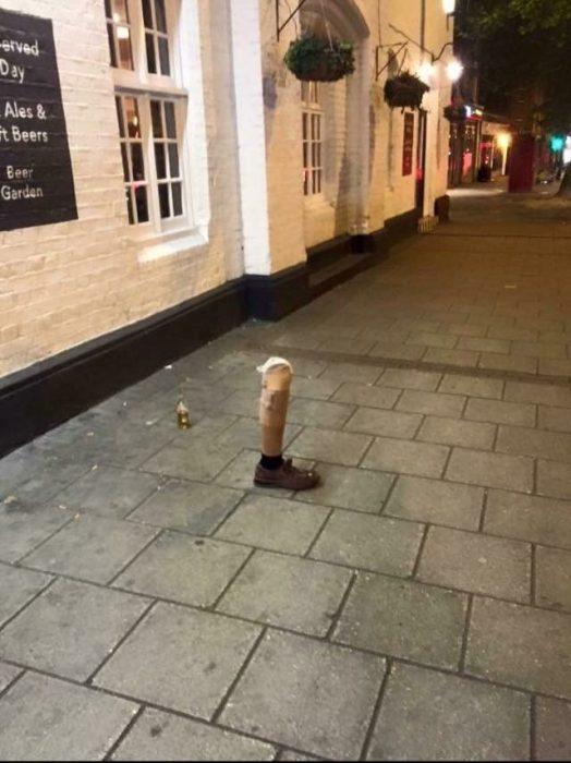 prótesis de pierna en la calle