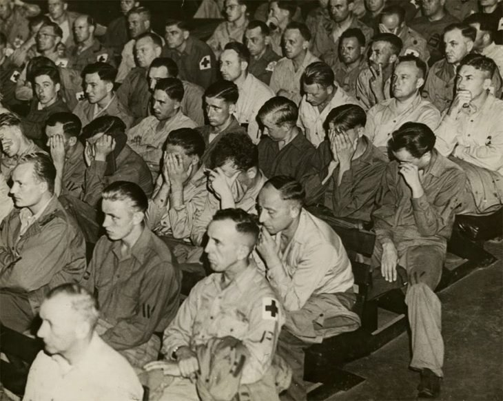 Soldados alemanes reaccionan a videos de los campos de concentración
