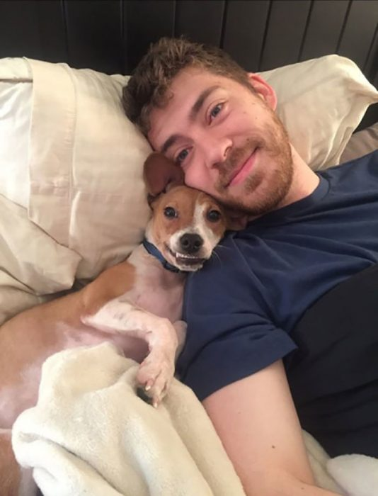 selfie de chico con perrito