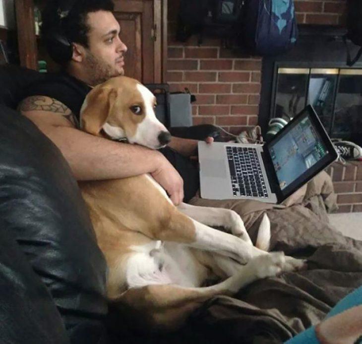 hombre abrazando a perro celoso