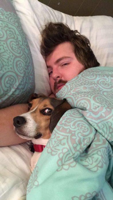 hombre joven abrazando a un perro