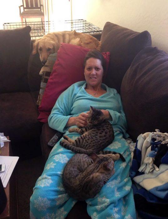señora en el sillón con mascotas en su regazo