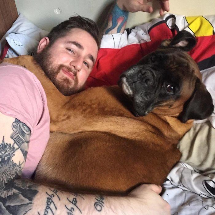 muchacho abrazando a un perro