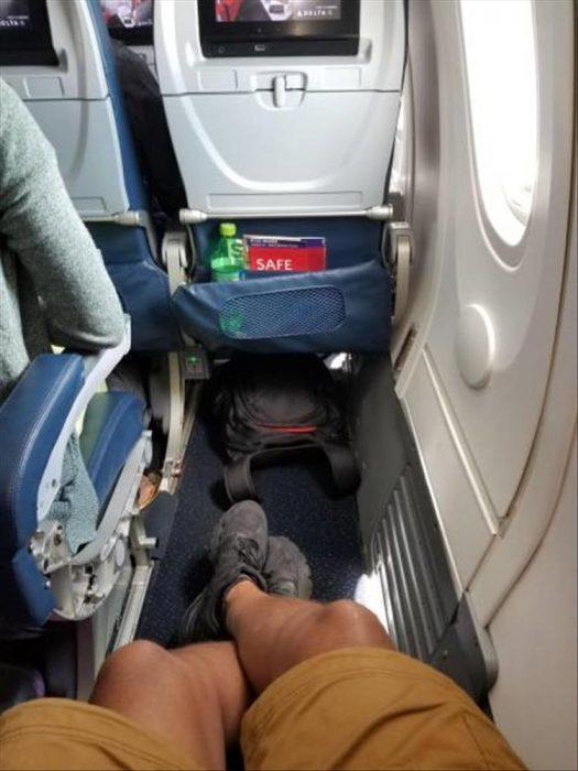 estirar piernas en el avión