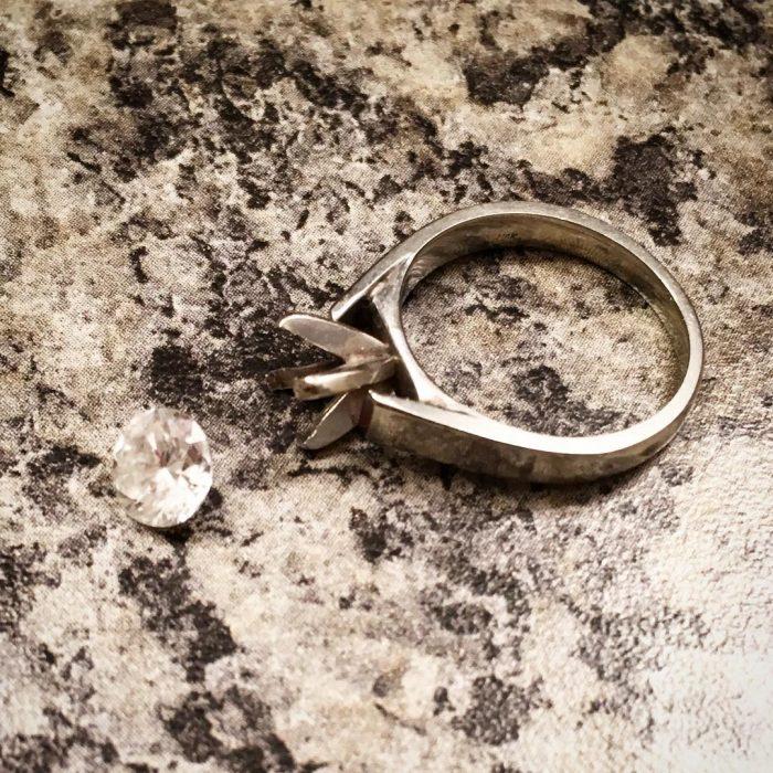 anillo diamante salido
