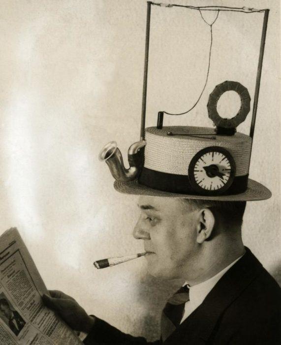 Radio portátil en sombrero de paja