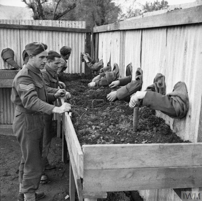 Soldados británicos entrenan para desactivar minas a ciegas