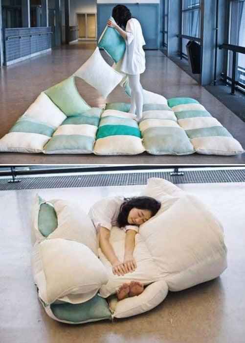 camita en forma de muchas almohadas juntas