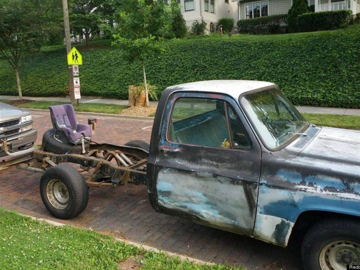 camioneta sin carcasa con asiento de bebé