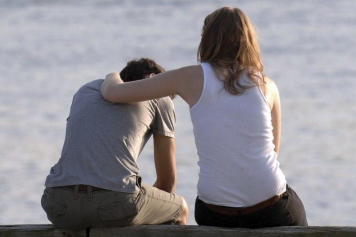 hombre y mujer frente a un lago