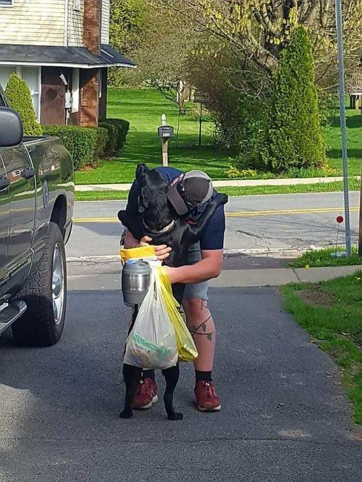 perro abrazando a humano