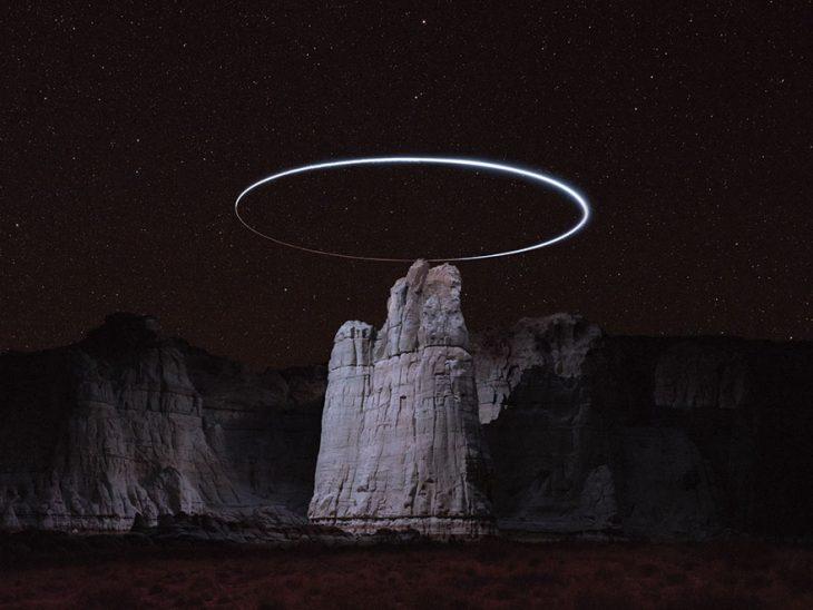 foto de la aureola de luz en un cañón durante la noche