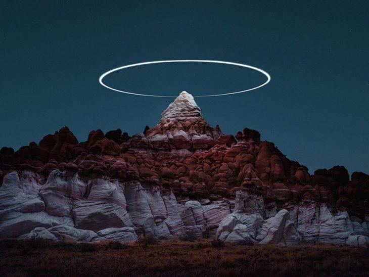 aureola en el pico de la montaña de noche