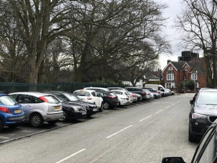 auto estacionado horizontalmente entre autos vertiacales