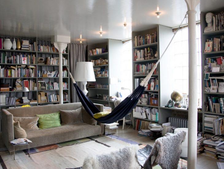 librería personal con hamacas