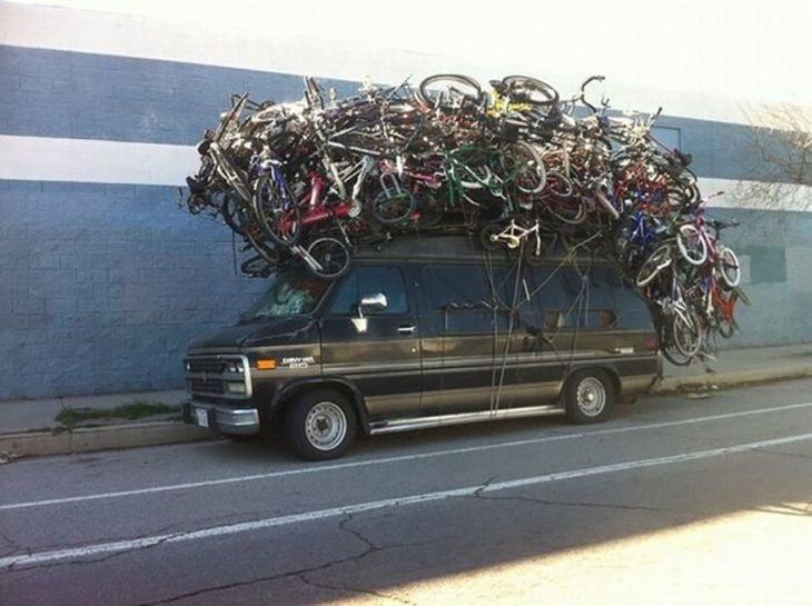 camioneta llena de bicicletas