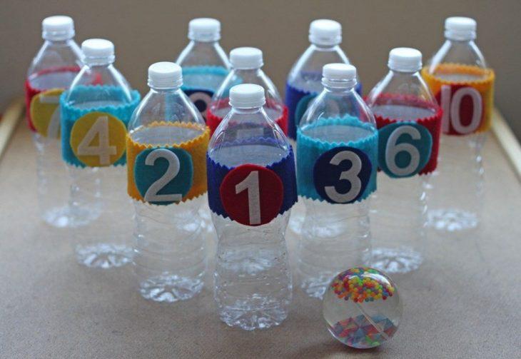 bolos hechos de botellas de plástico